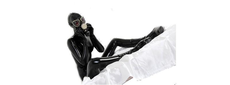 Frau mit Latexmaske